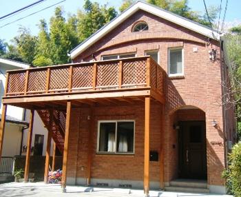 2階のウッドデッキバルコニーがある家.png