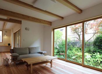 大きな窓と木の家.png