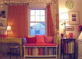 女子系の雑誌がたくさん整理された部屋.png